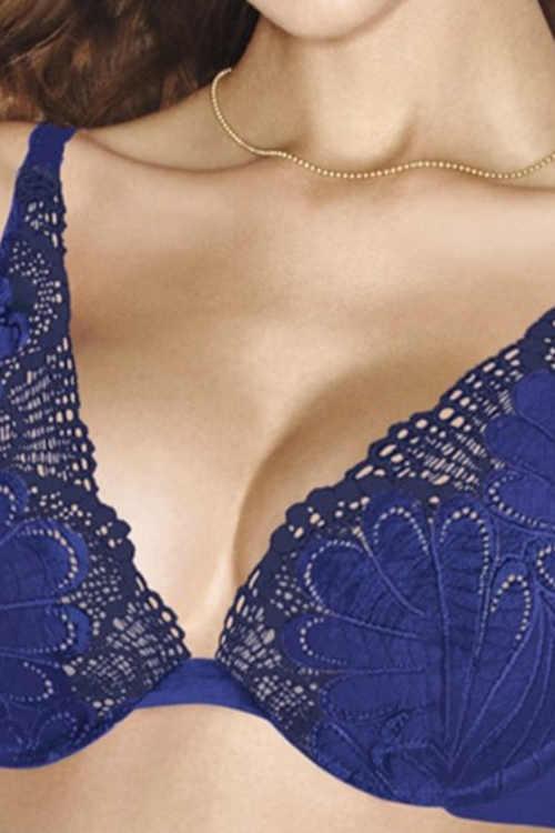 Modrá podprsenka do plesových šatů hlubokým výstřihem