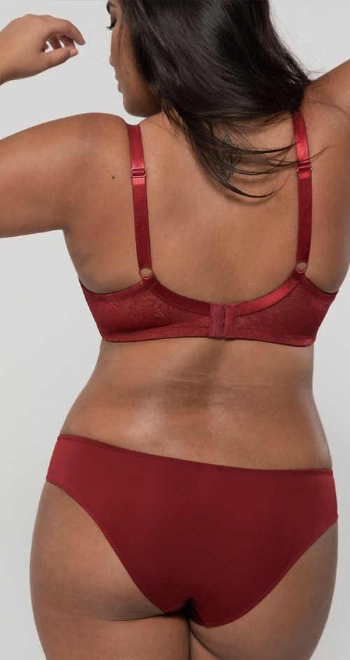 Červené spodní prádlo pro plnější tvary